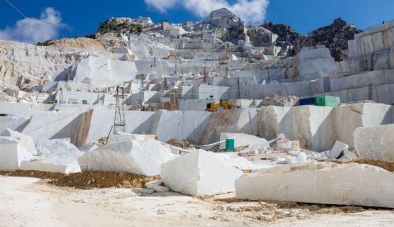 Photo de la carrière, à l'endroit où sont extraits les blocs de pierre naturelle